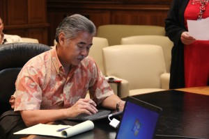 Governor David Ige participated in a training session on the eSign program on Sept. 29. Office of Governor David Ige photo.