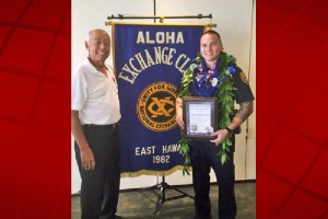 Aloha Exchange Club member Joey Estrella presents an 'Officer of the Month' award to Officer Christopher Jelsma. HPD photo.