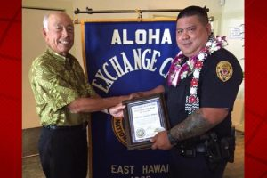 Aloha Exchange Club member Joey Estrella presents an 'Officer of the Month' award to Officer Jared Cabatu. HPD photo.