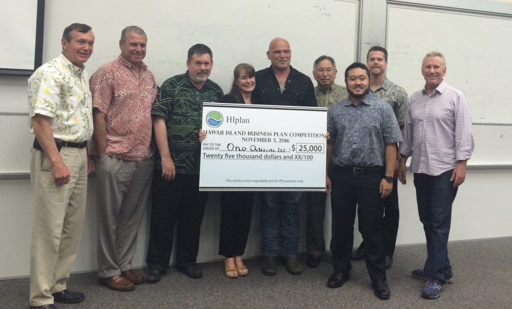 Ono Queens owners Wendy and Chris Klepps (center) won $25,000 in HIplan's business plan competion. Also pictured (L–R)  are Co-chair Kelly Moran, judges Chuck Erskine, Howard Dicus, Greg Taketa, Jared Kushi, Murray Clay and Co-chair Jim Wyban. HIplan photo.