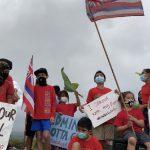 Kumu, Mākua Gather for Sign Waving in Effort to Raise Awareness to Leadership Issues at Kona's Hawaiian Immersion School